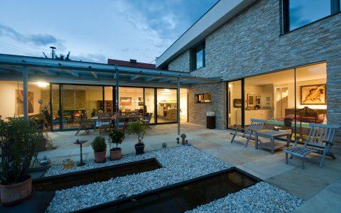 Stimmungsvoller Abend auf einer Meisterhaus Terrasse