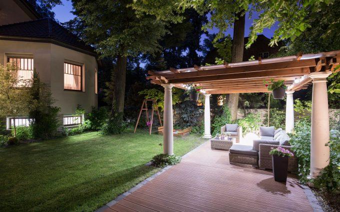 Pavillon im Garten am Abend